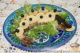 Фаршированная щука: Украсила рыбу кружочками лимона, маслинами и листьями салата, тут уж каждый в меру своей фантазии пусть старается. :)
