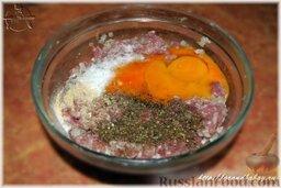 Рубленые котлеты из индейки: Переложил фарш в миску. Добавил соли, свежемолотую смесь перцев, пару яичных желтков. И шамбалы молотой добавил немного – нравится мне её в котлеты добавлять.