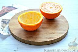 Фруктовый салат: Подготовку нашегофантазийногофруктового салата начнем с обработки апельсинов, из которых сделаем «тару» для нашего фруктового ассорти.   Разрезаем оранжевые цитрусовые на две доли. Аккуратно извлекаем мякоть.