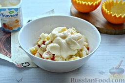 Фруктовый салат: Заправляем нарезку из фруктов йогуртом. Ингредиенты перемешиваем.