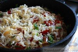 Картофельная пицца с охотничьими колбасками: Затем посыпаем сыром, делаем маленький огонь и закрываем крышкой.