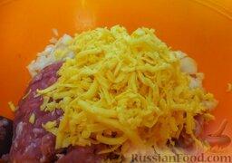 """Мясные """"гнезда"""" с яйцами: Сыр измельчить на терке и тоже добавить в фарш."""