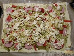 Пицца на скорую руку: Посыпаем сырами.
