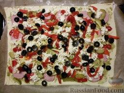 Пицца на скорую руку: Посыпаем маслинами. Если есть желание, капаем пару капель кетчупа и майонеза. Отправляем в хорошо разогретую духовку на 20 минут.
