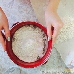 Простое тесто для пиццы: Далее добавить соль, масло и просеянную муку. Замесить тесто и оставить на 30 минут в тепле, накрыв влажным полотенцем.