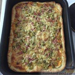 Простое тесто для пиццы: Как тесто подойдёт, приготовить необходимую начинку. Тесто распределить по смазанной маслом форме, выложить начинку.   Выпекать пиццу в духовке при 200°С, 15-20 минут.   Приятного аппетита!