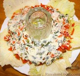 """Салат """"Гранатовый браслет"""": Вокруг стакана уложить послойно картофель, морковь, чернослив, арахис, свёклу, курицу. Каждый слой чередовать смесью майонеза и лука."""