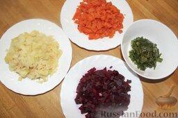 """Салат """"Гранатовый браслет"""": Морковь, картофель, свёклу нарезать кубиками."""