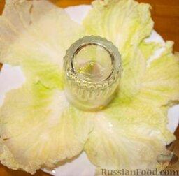 """Салат """"Гранатовый браслет"""": Блюдо выстелить листьями салата, в центр поставить стакан."""