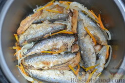 Салака, приготовленная в мультиварке-скороварке: Пассерую лук и морковь в сковородке на подсолнечном масле. Часть пассерованных овощей выкладываю в мультиварку. Просаливаю тушки салаки, обваляв их в муке, слегка обжариваю в сковороде. Затем выкладываю салаку на овощи в мультиварку.