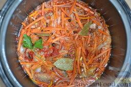 Салака, приготовленная в мультиварке-скороварке: В томатную пасту добавляю немного воды и соли, выливаю в рыбу.