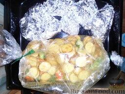 Кролик с овощами: Овощи отправляем в рукав, завязываем с двух сторон, кладем швом к низу.  Отправляем в разогретую духовку, овощи - на 20 минут, кролика - на 45 минут.