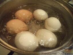 """Салат """"Оливье"""" с яблоками: Яйца выложить в кастрюлю, залить холодной водой. Поставить на огонь и довести до кипения. Варить вкрутую на среднем огне, около 10 минут. Воду слить. Залить холодной водой."""