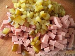 """Салат """"Оливье"""" с яблоками: Огурцы нарезать кубиками. Колбасу нарезать кубиками."""