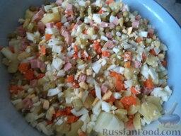 """Салат """"Оливье"""" с яблоками: Все ингредиенты выложить в миску."""