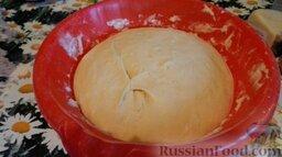 Нежная пицца: Через 30 минут достаем тесто. Оно заметно поднялось. Теперь оно должно постоять в тепле 20-30 минут.
