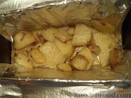 Скумбрия запеченная, фаршированная картофелем: Если запекаете целой рыбкой, то подготовленную рыбу  фаршировать картофелем. Форму выложить фольгой. Выложить подготовленную рыбку. Или сделать проще слоями. Выложить половину картофеля.