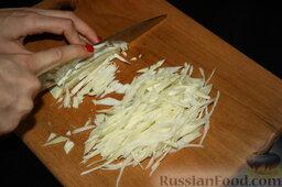 Шаурма по-домашнему: Теперь займемся нарезкой овощей. Нашинкуем довольно мелко капусту.