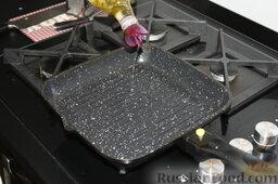 Шаурма по-домашнему: Нагреем сковороду-гриль. Нальем туда пару столовых ложек растительного масла.