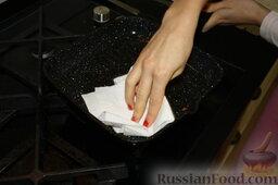 Шаурма по-домашнему: Пока промокнем сковороду бумажным полотенцем. Уберем остатки курицы. В ней же мы будем поджаривать нашу шаурму.
