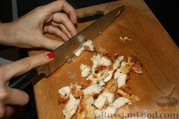 Шаурма по-домашнему: Нарезам курицу на более мелкие кусочки.
