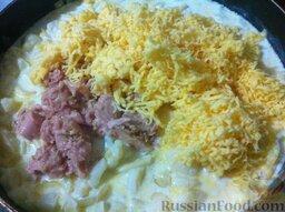 Спагетти, запеченные с тунцом: Добавьте в сковороду тунец и сыр, перемешайте.