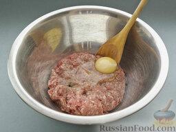 Бургеры с котлетами, грибами и чечевицей: Сначала надо сдобрить фарш для котлет яйцом, посолить и поперчить.