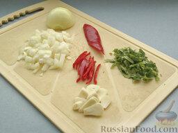 Бургеры с котлетами, грибами и чечевицей: Потом подготовить острый специальный набор. Очищенный от верхнего слоя репчатый лук порубить помельче. Перец чили без семян тоненько настрогать. Чеснок (тоже очищенный) нарезать тончайшими пластинами. Зелень петрушки, освобожденную от жестких стебельков, мелко нарезать.
