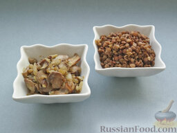 Бургеры с котлетами, грибами и чечевицей: Размороженные шампиньоны обжарить с нарезанным репчатым луком и чесноком. Чечевицу отварить в соленой воде до готовности.