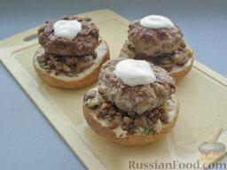 Бургеры с котлетами, грибами и чечевицей: Далее уложить жареные котлеты - по одной на бургер. Потом сбрызнуть их лимонным соком, намазать майонезом.