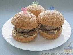 Бургеры с котлетами, грибами и чечевицей: Сверху бургеры закрыть вторыми срезами булки и закрепить