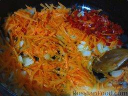 """Классическая """"Мясная буханка"""" (мясная запеканка): В сковороде разогрейте оливковое масло, выложите морковь, лук и острый перец. Обжарьте до прозрачности лука."""