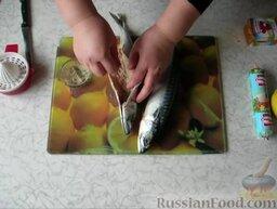 Фаршированная скумбрия: Затем в брюшко насыпаем специи для рыбы.