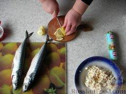 Фаршированная скумбрия: Натираем на терке плавленые сырки, добавляем в натертый плавленый сыр 2 ст.л. сока лимона и добавляем майонез, тщательно перемешиваем.