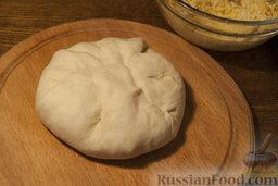 Осетинские пироги: Заворачивайте и тщательно защипывайте края, одновременно формируя шары с начинкой в середине.