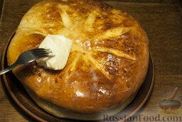 Осетинские пироги: Каждый пирог ещё горячим смазывайте сливочным маслицем, укладывая их, традиционно, в стопку.