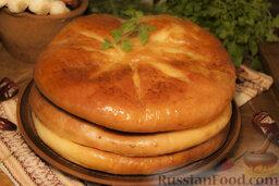 Осетинские пироги: Дайте выпечке пару минут остыть, немного пропитаться маслом и подавайте.