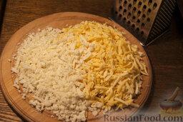 Осетинские пироги: Приготовьте начинку. Смешайте сыр и брынзу, предварительно потерев их на крупную тёрку.