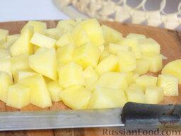 Борщ с курицей (в мультиварке): Картофель нарежем кубиками.