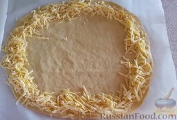 Домашняя пицца с сырными бортиками: Раскладываем сыр по краю основы для пиццы.