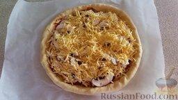 Домашняя пицца с сырными бортиками: Сверху посыпаем тертым сыром.