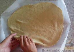 Домашняя пицца с сырными бортиками: Перекладываем тесто на бумагу для запекания.