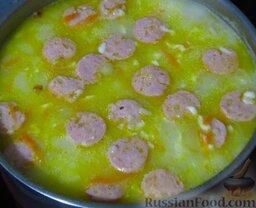 Сырный суп с курицей, сосисками и рисом: В кастрюлю с супом выложите резаное мясо, сосиски и сыр, готовьте до мягкости картофеля, минут 5.   Подавайте суп с зеленью.