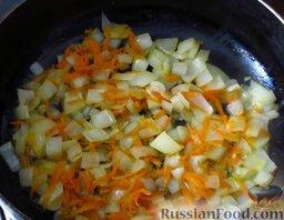 Сырный суп с курицей, сосисками и рисом: Обжарьте лук с морковью на растительном масле до золотистости.