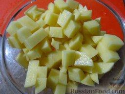 Сырный суп с курицей, сосисками и рисом: Картофель порубите кубиками.