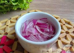 Мясной салат с грибами и гранатом: Луковицу очистить, нарезать полукольцами, обдать кипятком.