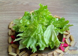 Мясной салат с грибами и гранатом: Листья салата лучше порвать руками.