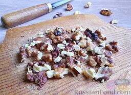 Мясной салат с грибами и гранатом: Орехи грецкие немного измельчить с помощью ножа. (При желании орехи можно слегка обжарить на сухой сковороде, помешивая, минут 15, и очистить от тонкой кожицы.)