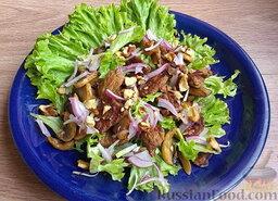 Мясной салат с грибами и гранатом: Сверху выложить мясо и шампиньоны. Посыпать луком и орехами.