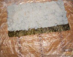 """Роллы """"Калифорния"""" с кунжутом: Чтобы рис не прилипал к рукам, необходимо смачивать руки каждый раз, прежде чем взять рис. Теперь выложить равномерно слой риса со смещением вперед примерно на 1 см. А с другой стороны отступить примерно 1 см, эта полоска понадобится для заклеивания ролла."""